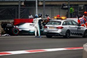 Valtteri Bottas, Mercedes AMG F1 se sube al coche médico después de un accidente en la sesión de clasificación