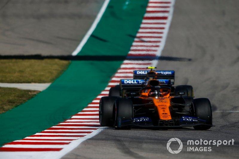 Carlos Sainz Jr., McLaren MCL34, precede Lando Norris, McLaren MCL34
