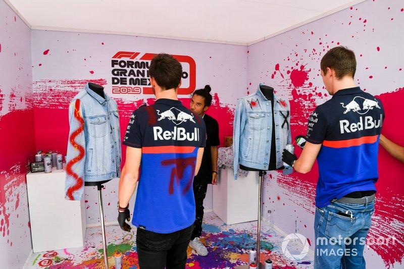 Pierre Gasly, Toro Rosso and Daniil Kvyat, Toro Rosso pinta ropa con spray
