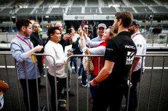 Romain Grosjean, Haas F1 fa un selfie con un fan