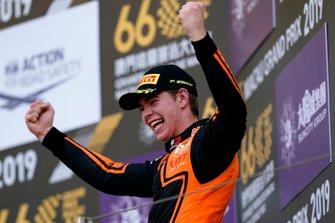 Podium: Racewinnaar Richard Verschoor, MP Motorsport