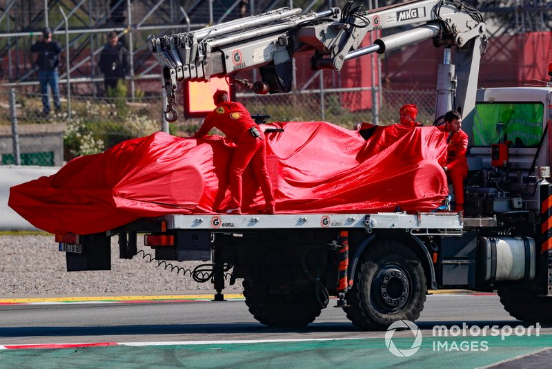 Sebastian Vettel, Ferrari, stops on track and is taken back to the gargae on a truck