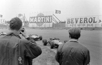 Jack Brabham, Brabham BT19 Repco precede Jochen Rindt, Cooper T81B Maserati, al GP d'Olanda del 1967