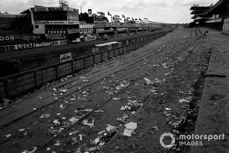 1967 год. Главная трибуна трассы утром в понедельник после гонки