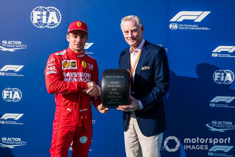 Charles Leclerc, Ferrari, recibe el premio Pirelli Pole Position 2019 de manos de Sean Bratches, Director General de Operaciones Comerciales del Grupo Fórmula Uno