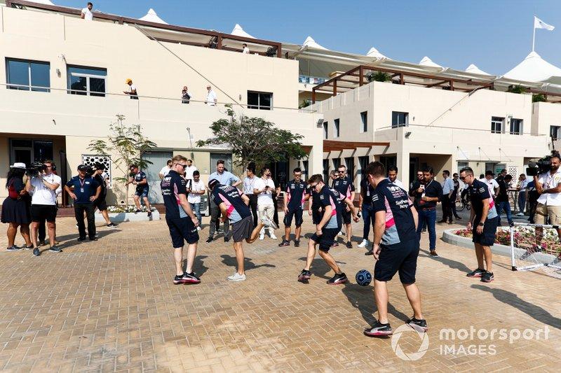 Mecánicos de Racing Point jugando al fútbol