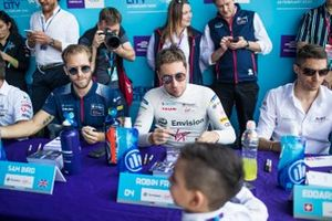 Sam Bird, Virgin Racing, Robin Frijns, Virgin Racing sign autographs