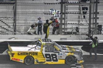 Ganador Grant Enfinger, ThorSport Racing, Ford F-150 Champion/ Curb Records celebra
