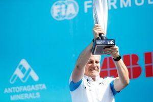Jens Marquardt, director de BMW Motorsport con el trofeo del ganador en el podio