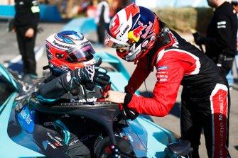 Mitch Evans, Jaguar Racing, Jaguar I-Type 4, parla con Sébastien Buemi, Nissan e.Dams, ai box