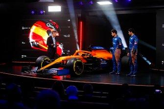 Carlos Sainz Jr., McLaren, Lando Norris, McLaren, Simon Lazenby, the Host