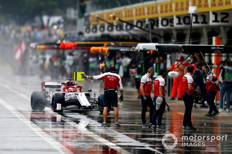 Kimi Raikkonen, Alfa Romeo Racing C38, in the pit lane