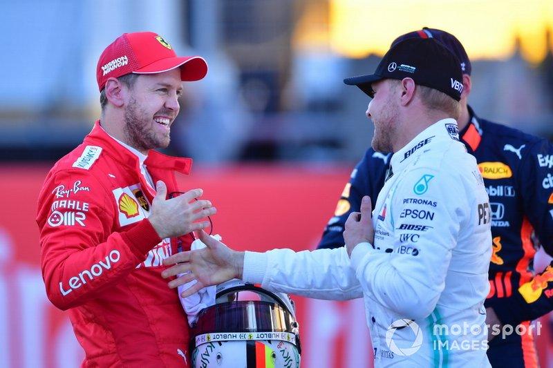 Sebastian Vettel, Ferrari, felicita al ganador de la pole Valtteri Bottas, Mercedes AMG F1