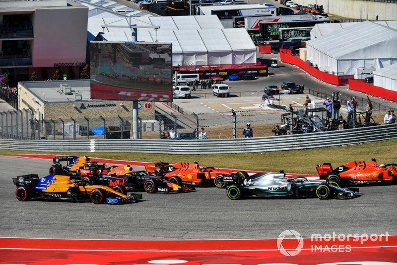 Sebastian Vettel, Ferrari SF90, precede Lewis Hamilton, Mercedes AMG F1 W10, Charles Leclerc, Ferrari SF90, Alex Albon, Red Bull Racing RB15, Carlos Sainz Jr., McLaren MCL34, e Lando Norris, McLaren MCL34, alla partenza