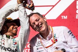 Lewis Hamilton, Mercedes AMG F1, 2e plaats, met James Allison, technisch directeur Mercedes AMG, op het podium