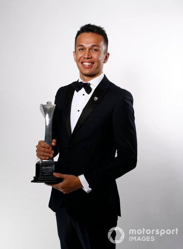 Alexander Albon con su premio Novato del Año