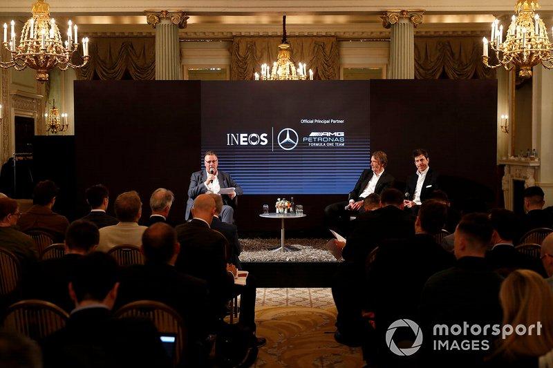 Исполнительный директор Ineos Джим Рэтклифф и руководитель Mercedes AMG F1 Тото Вольф