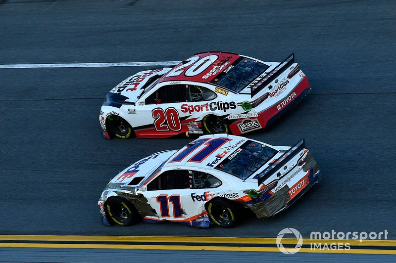 Дэнни Хэмлин, Joe Gibbs Racing, Toyota Camry FedEx Express, и Эрик Джонс, Joe Gibbs Racing, Toyota Camry Sports Clips
