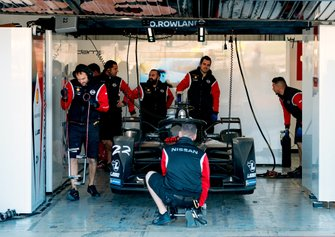 Mechanics work on Oliver Rowland's, Nissan e.Dams, Nissan IMO2