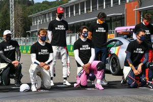 Valtteri Bottas, Mercedes-AMG F1, Pierre Gasly, AlphaTauri, Antonio Giovinazzi, Alfa Romeo, Lance Stroll, Racing Point, Carlos Sainz Jr., McLaren, et Alex Albon, Red Bull Racing, s'agenouillent et se tiennent de bout en support à la campagne