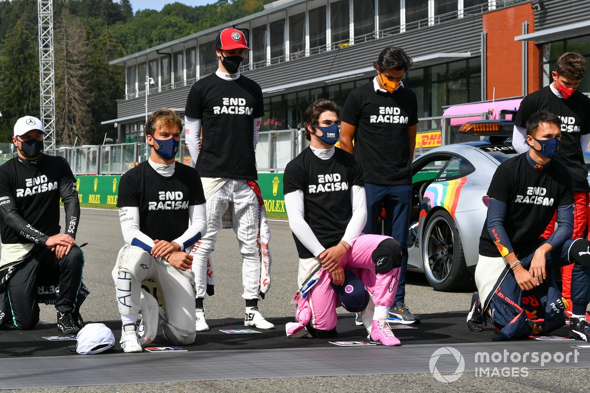 Valtteri Bottas, Mercedes-AMG F1, Pierre Gasly, AlphaTauri, Antonio Giovinazzi, Alfa Romeo, Lance Stroll, Racing Point, Carlos Sainz Jr., McLaren, and Alex Albon, Red Bull Racing, se arrodillan y se ponen de pie en apoyo de la campaña para el fin del racismo