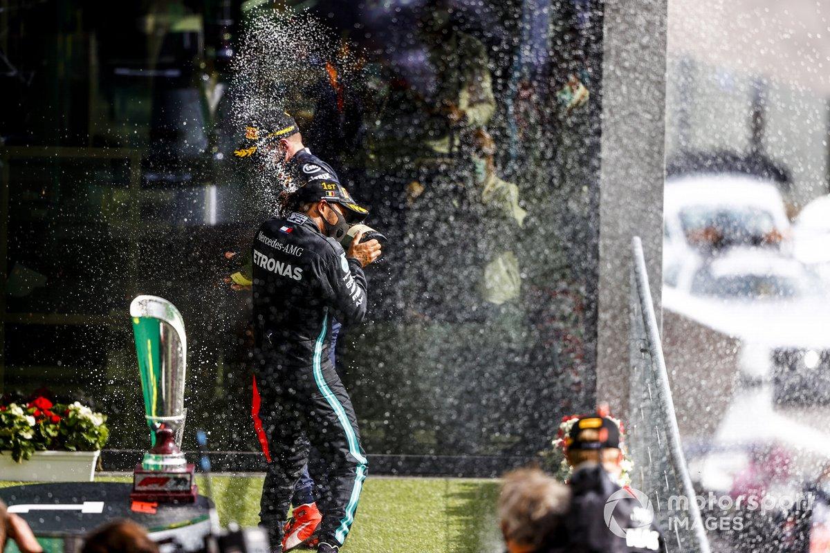 Lewis Hamilton, Mercedes-AMG F1, primo posto, e Max Verstappen, Red Bull Racing, terzo posto, festeggia sul podio con lo champagne