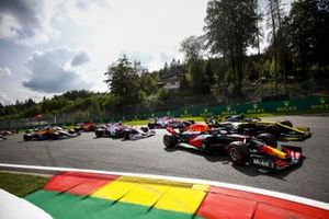 Alex Albon, Red Bull Racing RB16 and Esteban Ocon, Renault F1 Team R.S.20 battle at the start of the race