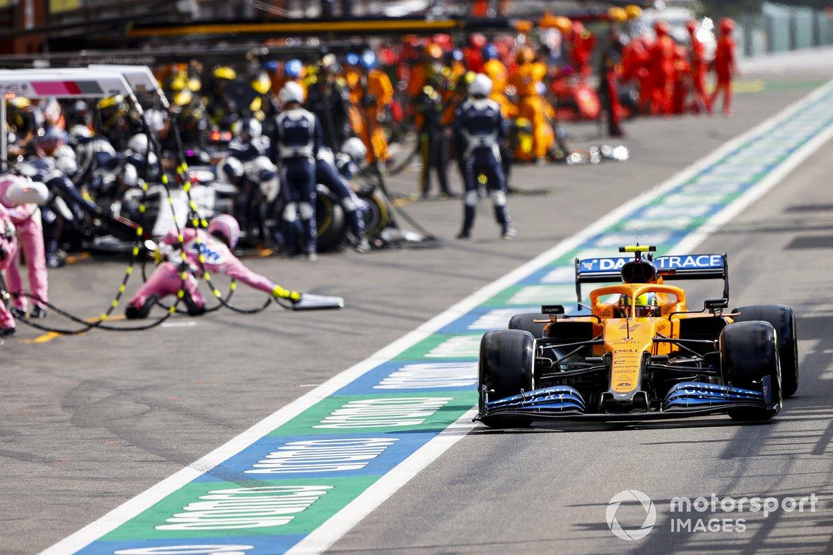 Lando Norris, McLaren MCL35, en pit lane