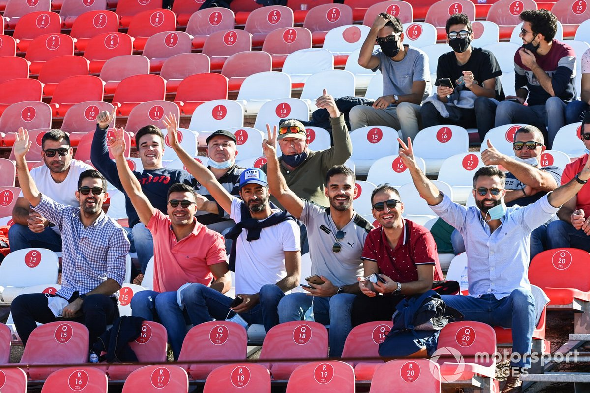 Un grupo de aficionados sin mascarilla y sin distancia social, siguen desde la grada el GP de Portugal de F1