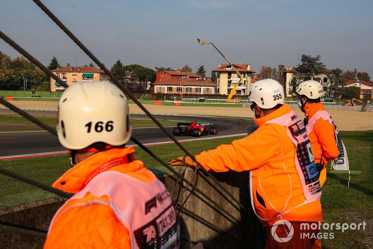 Себастьян Феттель, Ferrari SF1000, проезжает мимо судей