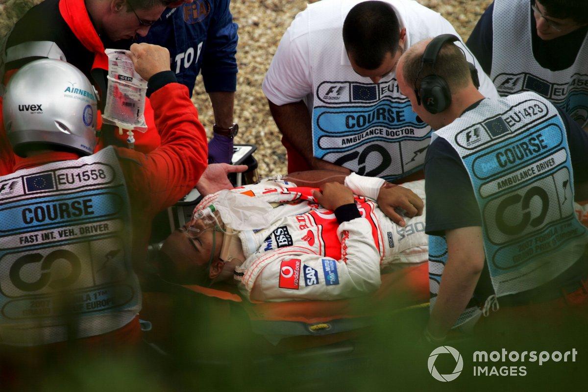 Lewis Hamilton, McLaren, es llevado en helicóptero al hospital tras su fuerte accidente