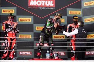 Jonathan Rea, Kawasaki Racing Team recoge el trofeo del campeonato, medalla de Gregorio Lavilla