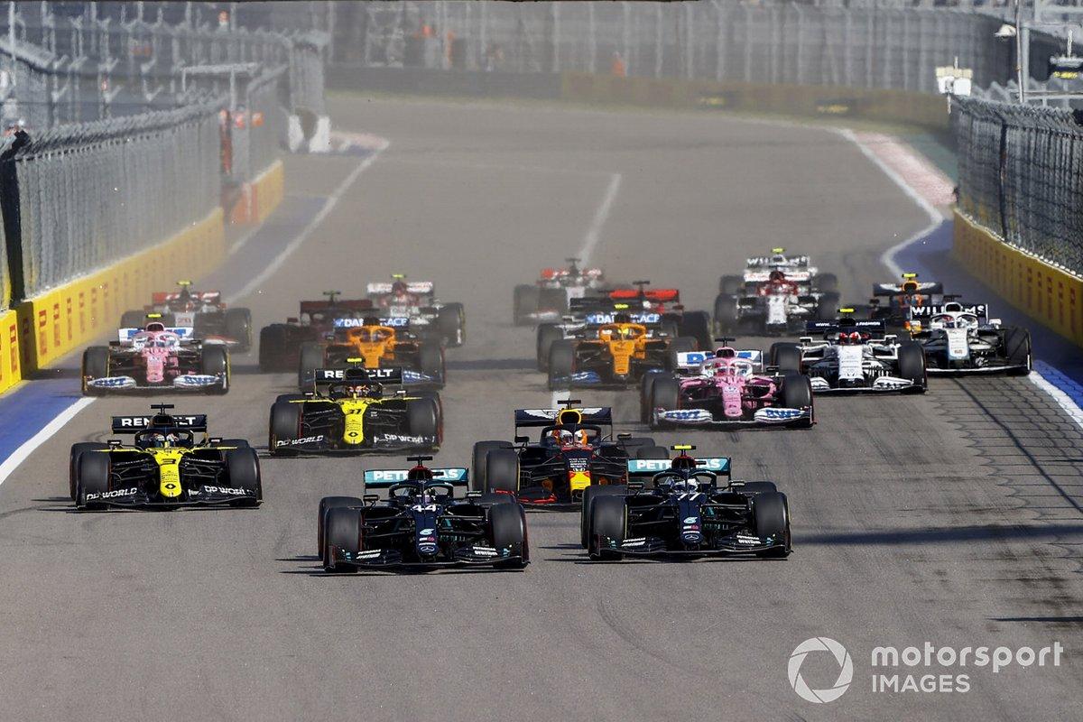 Lewis Hamilton, Mercedes F1 W11 Valtteri Bottas, Mercedes F1 W11, Max Verstappen, Red Bull Racing RB16 e Daniel Ricciardo, Renault F1 Team R.S.20 alla partenza della gara