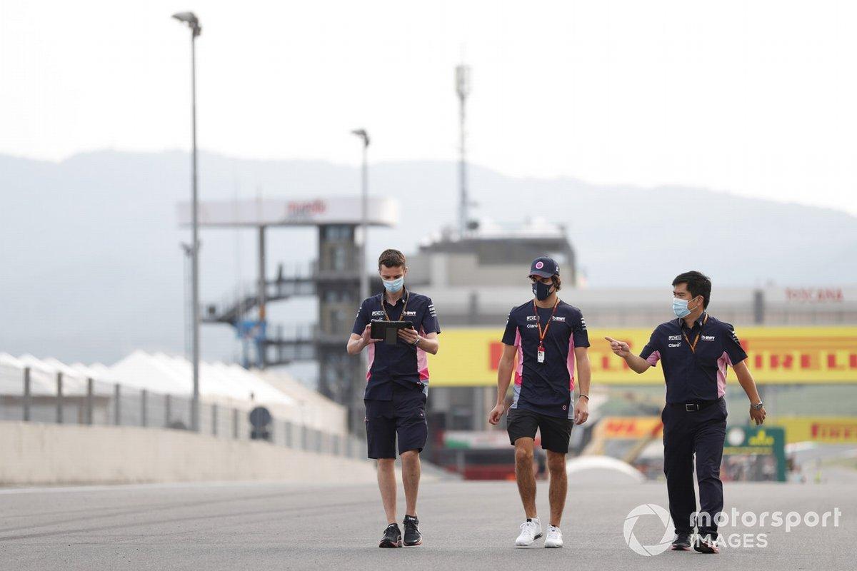 Lance Stroll, Racing Point, camina por la pista