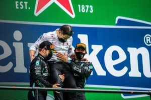 Valtteri Bottas, Mercedes-AMG F1, 2°posto, Peter Bonnington, Ingegnere di gara, Mercedes AMG, e Lewis Hamilton, Mercedes-AMG F1, 1° posto, festeggiano sul podio