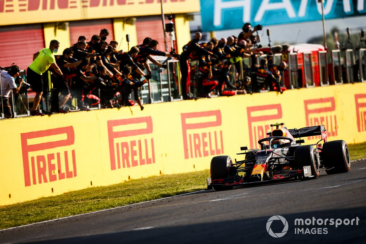Tercer lugar Alex Albon, Red Bull Racing RB16, cruza la meta