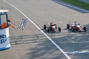 Arrivo al photofinish in Gara1: Francesco Pizzi, Van Amersfoort Racing e Gabriele Mini, Prema Powerteam, taglia per primo il traguardo e vince la gara