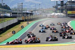 Frederik Vesti, Prema Racing, Enzo Fittipaldi, HWA Racelab et Logan Sargeant, Prema Racing au départ de la course