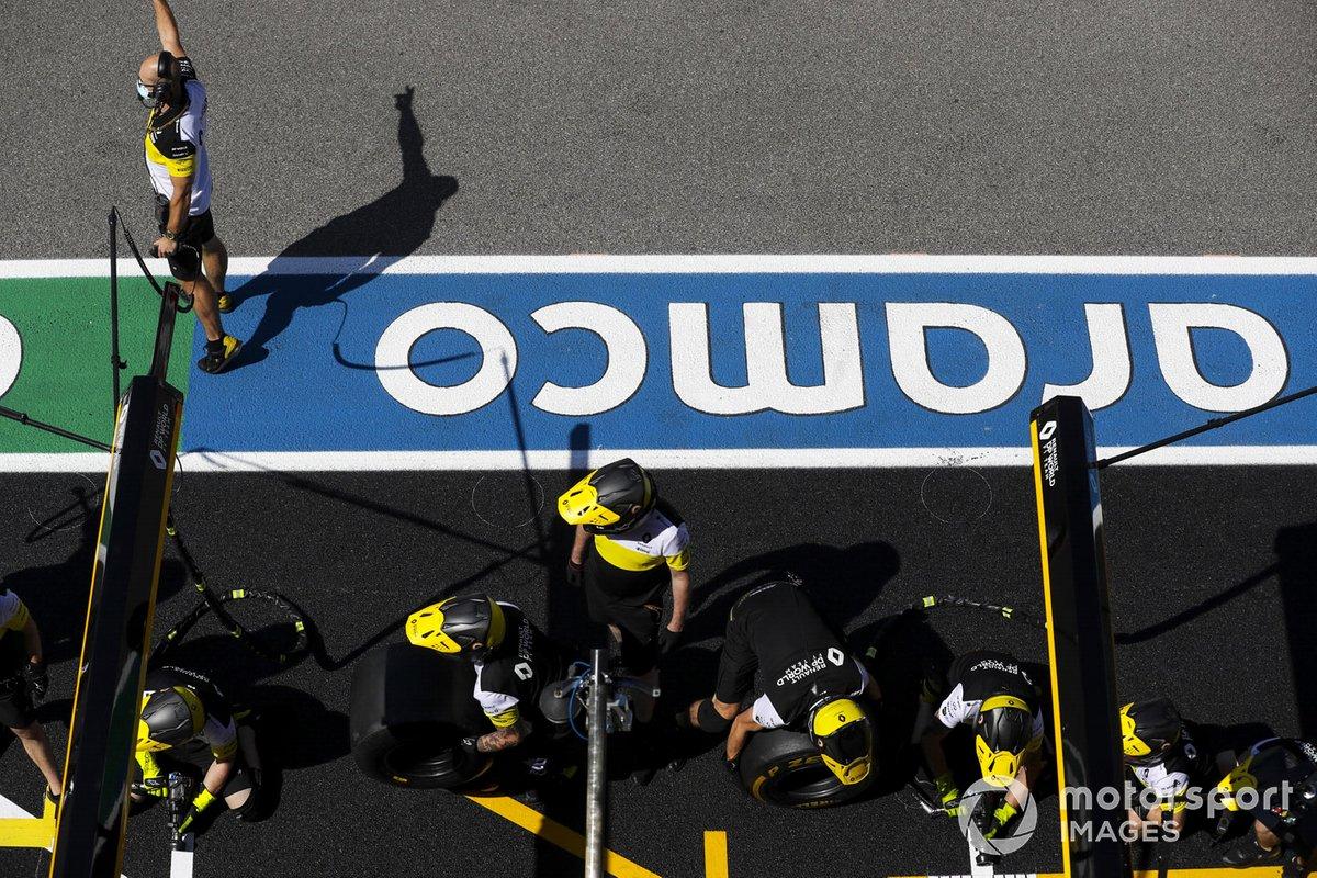 El equipo de boxes de Renault en el pit lane