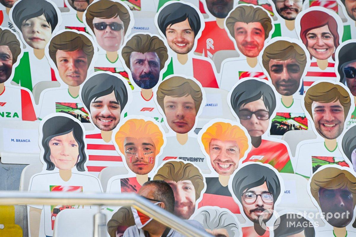 Las caras de los miembros del equipo y los pilotos en las tribunas
