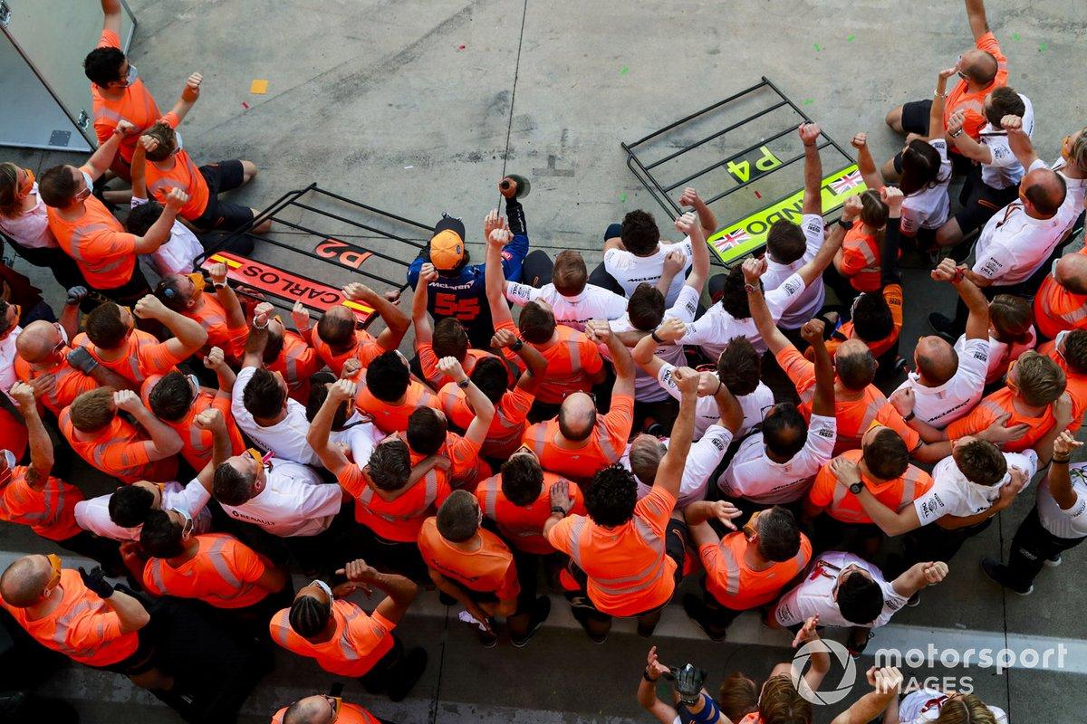 Carlos Sainz Jr., McLaren, 2º puesto, Andreas Seidl, director del equipo McLaren, y el equipo McLaren celebran después de la carrera