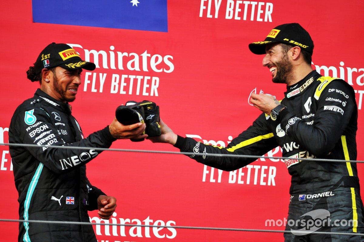 Podio: terzo classificato Daniel Ricciardo, Renault F1 Team, il vincitore della gara Lewis Hamilton, Mercedes F1 festeggia bevendo dalla scarpa