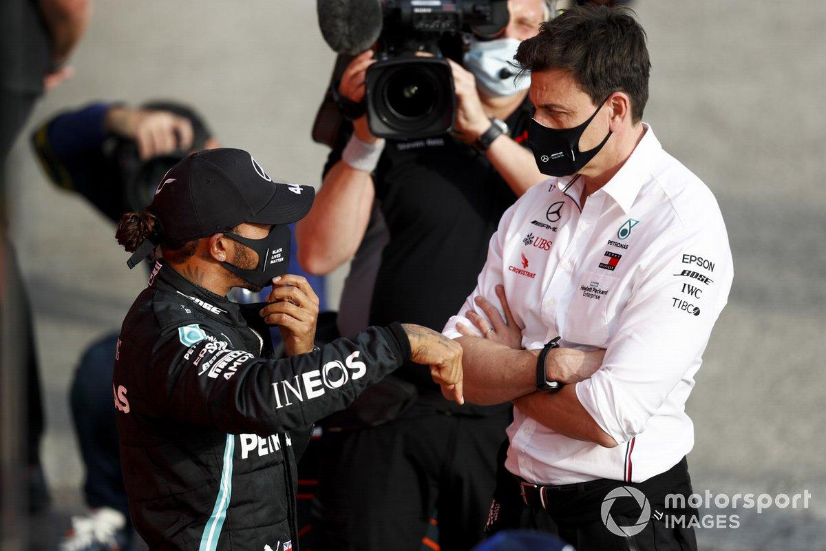 Lewis Hamilton, Mercedes-AMG F1, 1°posto parla con Toto Wolff, Direttore esecutivo (affari), Mercedes AMG, nel parco chiuso