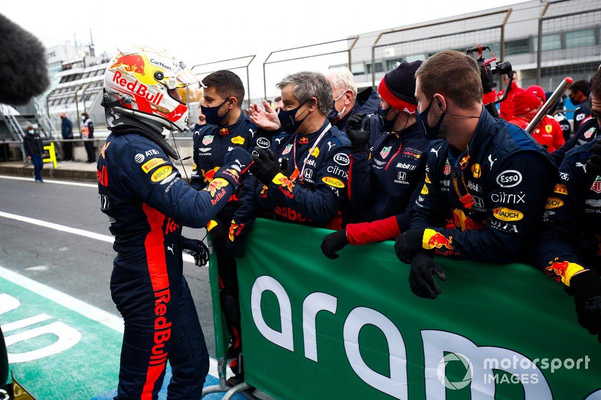 Max Verstappen, Red Bull Racing, 2ª posición, celebra con su equipo en Parc Ferme
