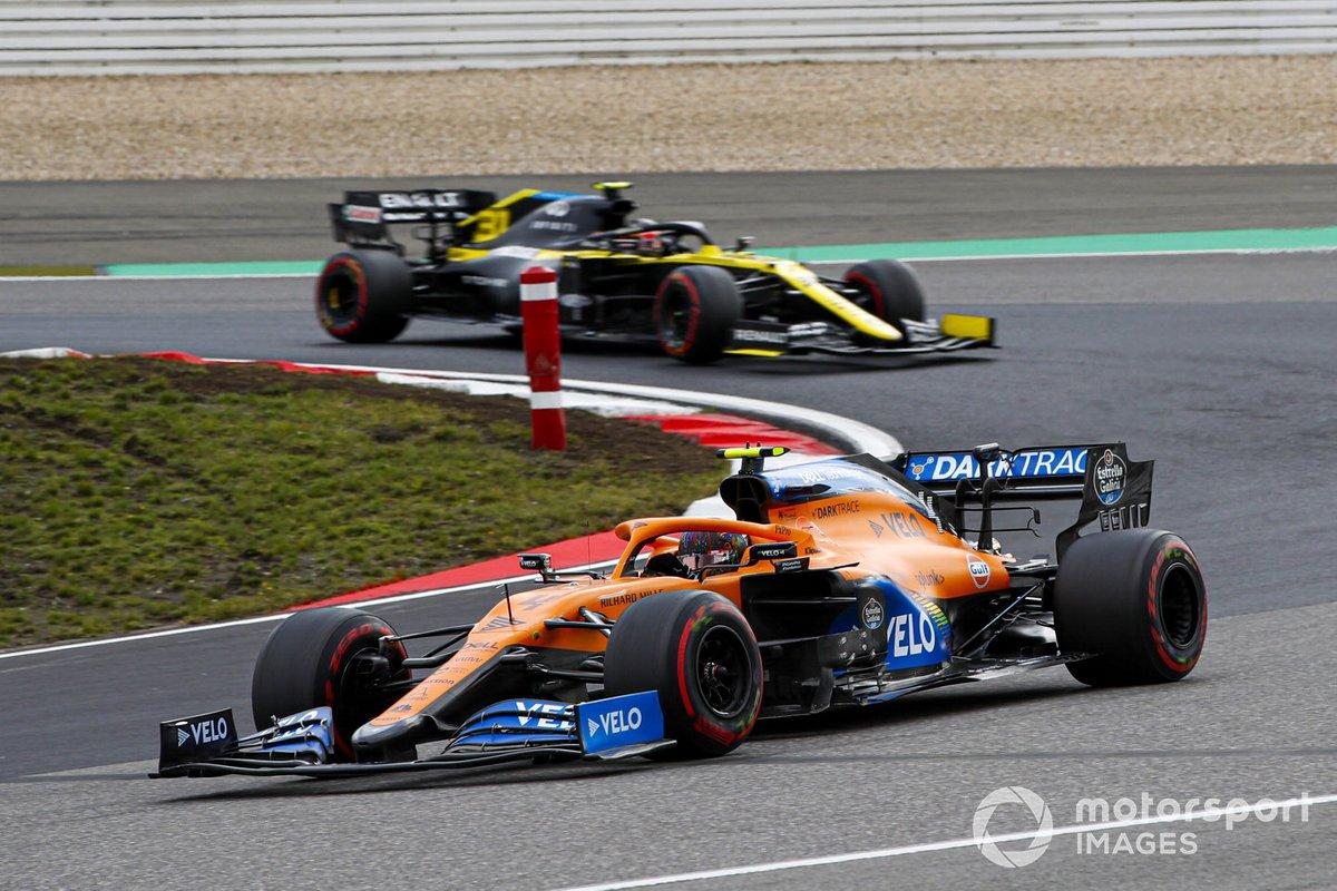 Lando Norris, McLaren MCL35, Sergio Perez, Racing Point RP20, e Esteban Ocon, Renault F1 Team R.S.20