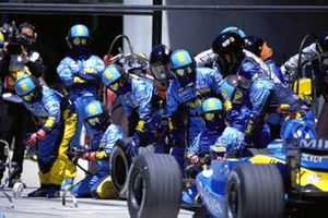Mechanics wait for Jarno Trulli, Renault R24 in the pit lane