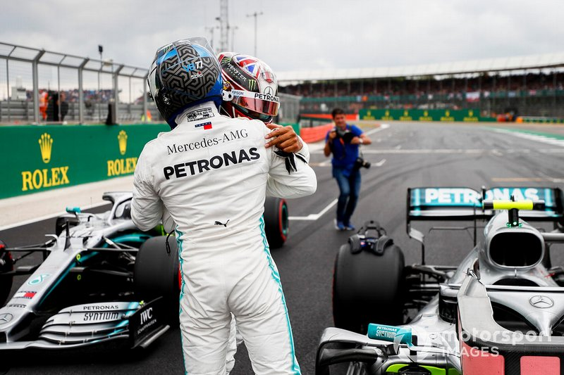Il poleman Valtteri Bottas, Mercedes AMG F1 e Lewis Hamilton, Mercedes AMG F1, festeggiano nel parco chiuso