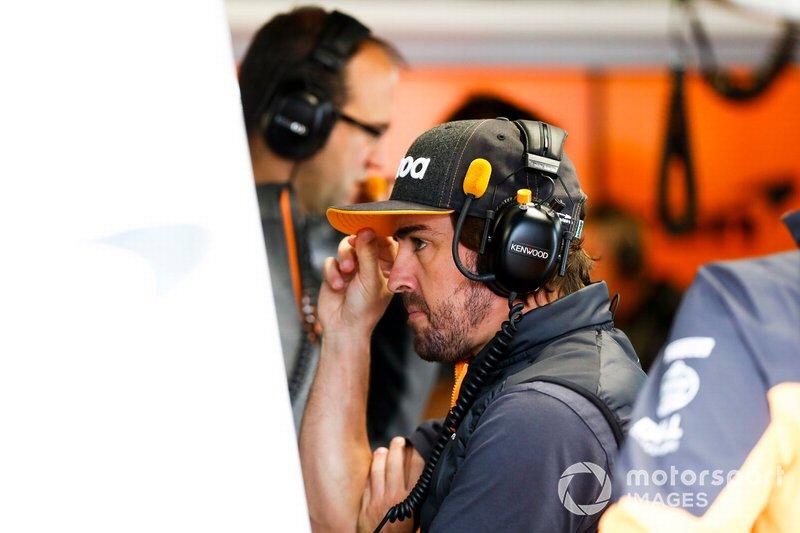 Fernando Alonso nel garage della McLaren