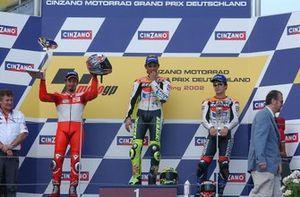 Podium: Racewinnaar Valentino Rossi, Repsol Honda, tweede plaats Max Biaggi, Yamaha, derde plaats Tohru Ukawa, Repsol Honda
