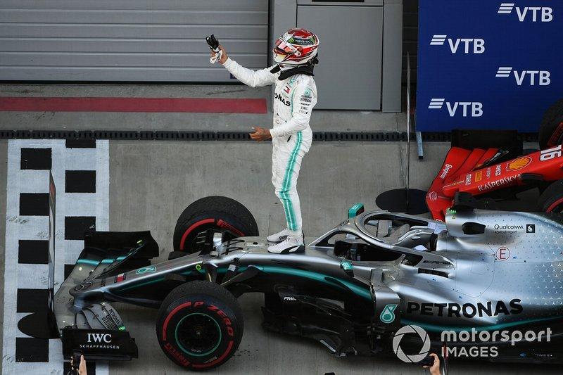 Ganador de la carrera Lewis Hamilton, Mercedes AMG F1 W10, celebra en Parc Ferme